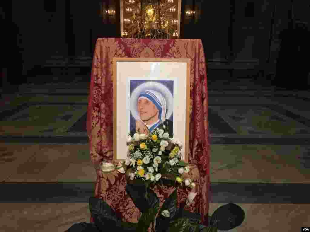 En diciembre de 2015, el papa Francisco aprobó la canonización de la Madre Teresa de Calcuta tras haberse acreditado dos milagros de curación. [Foto: Celia Mendoza, VOA].