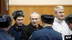 Mihail Hodorkovski i Platon Lebedev okruženi stražarima u sudnici