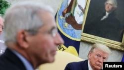 美國首席傳染病專家安東尼·弗契醫生在白宮與特朗普總統等人討論疫情。(2020年4月29日)