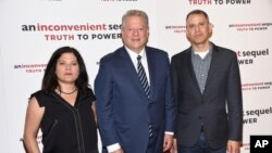 "Mantan Wapres AS Al-Gore (tengah) bersama Co-Sutradara film ""An Inconvenient Sequel"" Bonni Cohen (kiri) Jon Shenk dalam acara screening filmnya di New York (17/7)."