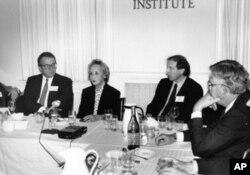 郑念1989年在卡托研究所出席研讨会