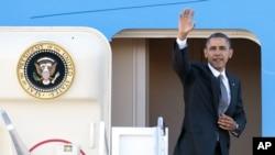 奥巴马总统11月17日登上空军一号启程前往亚洲前向送行的人们招手