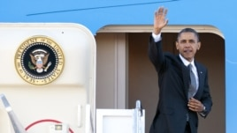 Prezidan Barack Obama abò Air Force One nan baz ayeryèn Andrews, nan Eta Maryland. Li sou wout pou Lazi (17 novanm 2012).