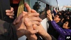 Thân nhân hai miền Triều Tiên chia tay sau cuộc sum họp gia đình tại Núi Kim Cương ở Bắc Triều Tiên, ngày 25/2/2014.
