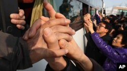 Hàng chục ngàn người Nam Triều Tiên đã tổ chức họp mặt với người thân trong gia đình họ ở Bắc Triều Tiên từ những năm 1980.