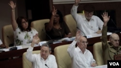 """La decisión del régimen liderado por Raúl Castro dice que la decisión de establecer 3 días de duelo fue tomada """"con motivo del fallecimiento del compañero Kim Jong-Il""""."""