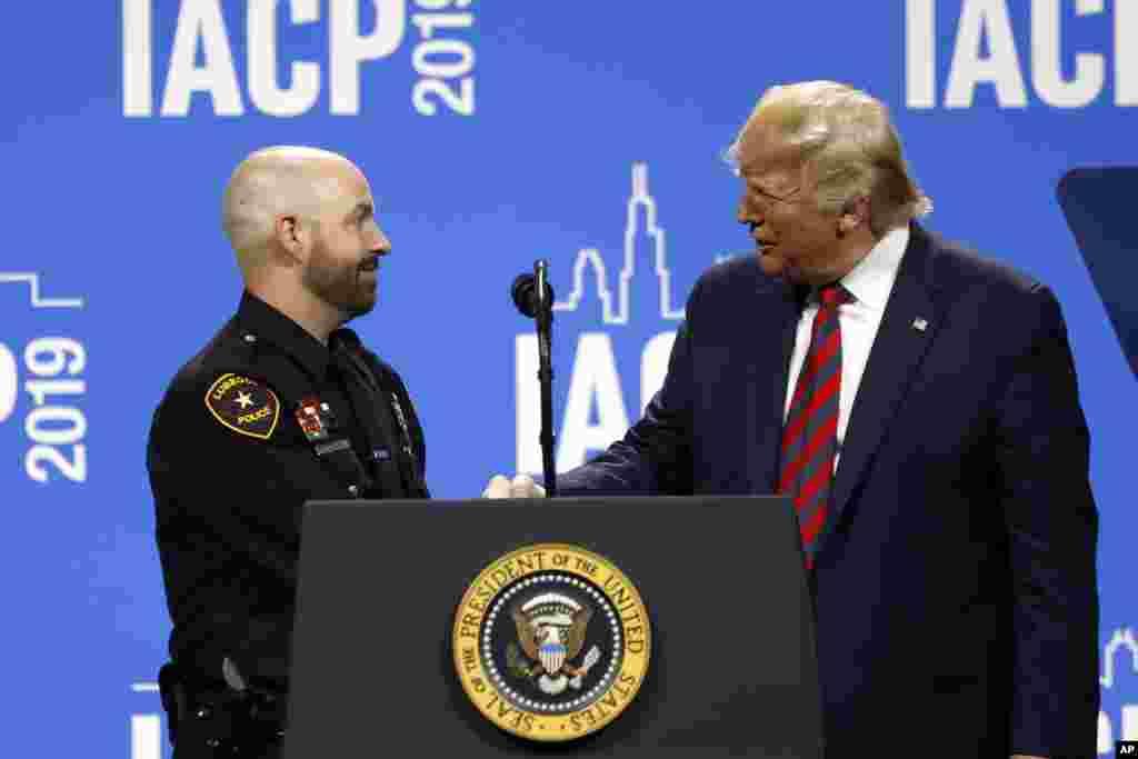 پرزیدنت دونالد ترامپ روز دوشنبه در کنفرانس سالانه انجمن روسای پلیس در شیکاگو حضور یافت و از گروهی از پلیسها تقدیر کرد.