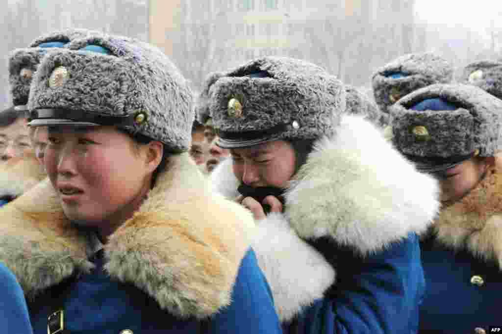 Корейські військовослужбовці оплакують смерть свого лідера Кім Чен Іра. 21.12.2011. (Reuters/Kyodo)