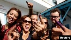 2014年10月26日突尼斯人在选举后显示被墨水染过的手指。