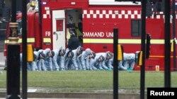 2017年3月23日,英国伦敦。警察在袭击发生的第二天早上在议会广场进行搜寻。