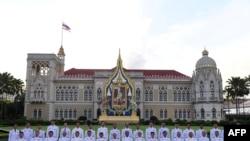 នាយករដ្ឋមន្រ្តីថៃលោក Prayuth Chan-ocha ថតរូបជាមួយសមាជិកគណៈរដ្ឋមន្រ្តីថ្មីនៅទីស្តីការគណៈរដ្ឋមន្រ្តីនៅក្នុងទីក្រុងបាងកកកាលពីខែកក្កដា ថ្ងៃទី១៦ ឆ្នាំ២០១៩។
