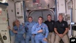 Dua astronaut NASA Bob Behnken dan Doug Hurley (kanan) bergabung dengan 3 astronaut lainnya di Stasiun Antariksa Internasional, Minggu (31/5).