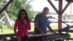 نظری به زنده گی دختر جوان نابینا که آواز میخواند