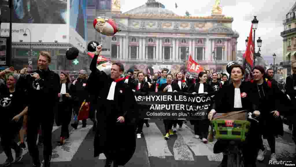 프랑스 정부의 연금 개편에 반발한 변호사들이 파리 시내에서 항의 시위를 벌이고 있다.