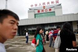 지난 2011년 중국인 관광객들이 지린성 훈춘시 두만강 유역 북한 접경 출입국사무소에 도착했다. (자료사진)