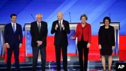 Para kandidat Capres Partai Demokrat dalam debat di Saint Anselm College, New Hampshire (7/2) lalu. Dari kiri: Pete Buttigieg, Bernie Sanders, Joe Biden, Elizabeth Warren, dan Amy Klobuchar.