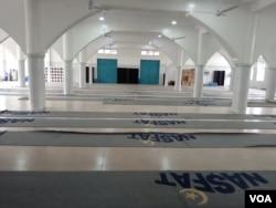The auditorium at NASFAT mosque sits empty because of the coronavirus lockdown, in Abuja, Nigeria, April 19, 2020. (Timothy Obiezu/VOA)