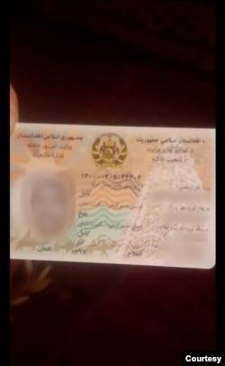 """阿富汗有兩種類型的國民身份證。這是最近的一個把維吾爾人的種族稱為""""維吾爾人""""的身份證。(阿卜杜拉齊茲·納塞里提供)"""