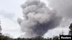 하와이주 빅아일랜드의 킬라우에아 화산에서 화산 활동이 활발하게 진행되는 가운데, 화산 인근 할레마우마우 분화구에서 화산재가 분출되고 있다.