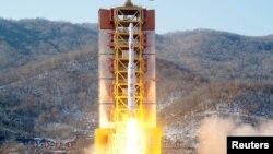 日本共同社2月7日公布的照片显示,一枚远程弹道火箭在朝鲜西海卫星发射场发射升空
