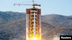 日本共同社2月7日公佈的照片顯示,一枚遠程彈道火箭在北韓西海衛星發射場發射升空。