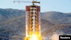 朝鲜官方发布的2016年2月7日在西海导弹发射基地发射一枚远程火箭的照片