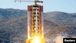 Peluncuran roket Korea Utara pada hari Minggu (7/2).