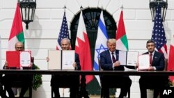 (ពីឆ្វេងទៅស្ដាំ) លោក Khalid រដ្ឋមន្ត្រីការបរទេសប៉ារ៉ែន លោក Netanyahu នាយករដ្ឋមន្ត្រីអ៊ីស្រាអែល លោក Trump ប្រធានាធិបតីអាមេរិក និងលោក Abdullah រដ្ឋមន្ត្រីការបរទេសអេមីរ៉ាតអារ៉ាប់រួមក្នុងអំឡុងពេលចុះសន្ធិសញ្ញា Abraham នៅសេតវិមាន ថ្ងៃទី១៥ ខែកញ្ញា ឆ្នាំ២០២០។