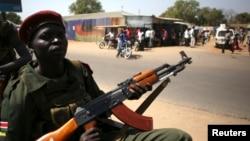 Pripadnik vojske Južnog Sudana u vozilu u Džubi