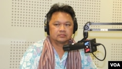 "Mr. Ronnie Yimsut, Author of ""Facing the Khmer Rouge"" discusses 40th anniversary of the fall of Phnom Penh and the rise of the Khmer Rouge on VOA Khmer's Hello VOA radio call-in show in Phnom Penh, Monday, April 13, 2015. (Lim Sothy/VOA Khmer)"