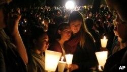 Estudiantes de la Universidad Comunitaria Umpqua y vecinos durante una vigilia en el campus de Roseburg, Oregón.
