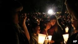 Žitelji Rouzberga u Oregonu na bdenju za žrtve pucnjave na koledžu Ampkva.