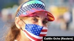 一位女士戴著愛國主題的口罩在紐約州長島市慶祝獨立日。(2020年7月4日)