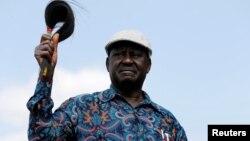 Pemimpin oposisi Kenya, Raila Odinga, menyalami pendukungnya saat berkunjung ke kawasan Kibera di Nairobi, Minggu (13/8).