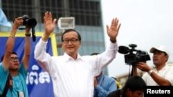 Sam Rainsy (tengah), pemimpin partai oposisi Kamboja (CNRP), menyambut para pendukungnya di Lapangan Freedom, Phnom Penh (17/9).