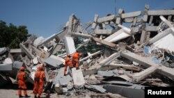 Un equipo de rescate busca víctimas y supervivientes en el hotel Roa Roa destruído por el terremoto en Palu, Indonesia, el lunes, 1 de octubre de 2018.