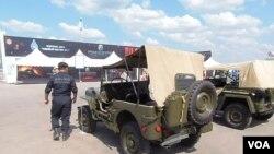 美国二战中曾援助苏联大量吉普车。莫斯科去年夏季的武器展。(美国之音白桦拍摄)