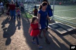 Araceli Ramos camina con su hija de cinco años, Alexa, en un parque en San Miguel, El Salvador, el 18 de agosto de 2018.