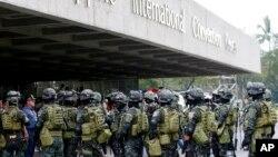 Pasukan Khusus Kepolisian Filipina melakukan simulasi penanganan serangan sebagai bagian dari upaya memperketat keamanan menjelang penyelenggaraan KTT APEC di Manila (14/11).