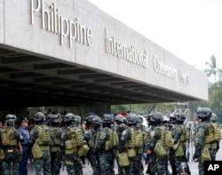 Cảnh sát Philippines tuần tra tại các khu vực gồm các tuyến đường chính quanh bốn dãy phố nơi có địa điểm chính của hội nghị.