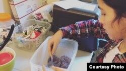 Bella Berrellez membuat body scrub di rumahnya (Courtesy: Bella Berrellez).