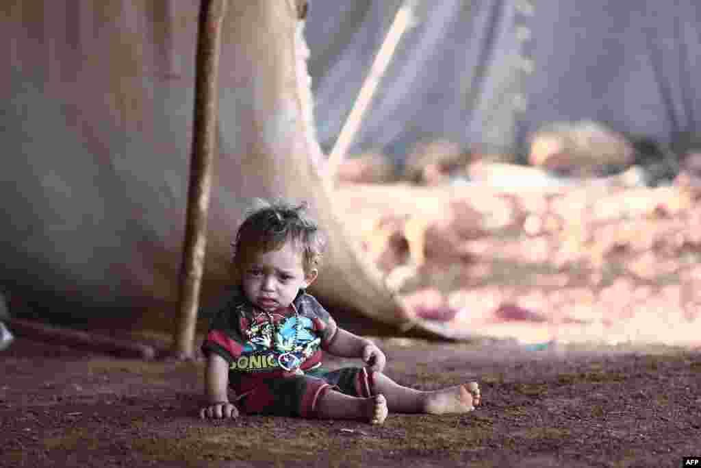 تصویری از یک کودک آواره سوری در یک کمپ در روستایی در جنوب شرقی سوریه. بسیاری از مردم در پی حمله ارتش سوریه به استان ادلب به ناچار خانه و محل سکونتشان را ترک کردند.
