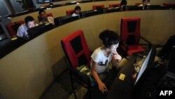 Người sử dụng máy tính tại một quán cà phê internet ở Trung Quốc.