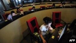 Người sử dụng máy tính tại một quán cà phê internet ở Trung Quốc