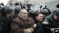 Cảnh sát bắt giữ các nhà hoạt động đối lập trong 1 cuộc biểu tình ở Moscow, 31/3/2012