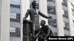 Patung yang menggambarkan budak yang dibebaskan berlutut di hadapan Presiden Abraham Lincoln, di Boston, 25 Juni 2020. (Foto: AP)