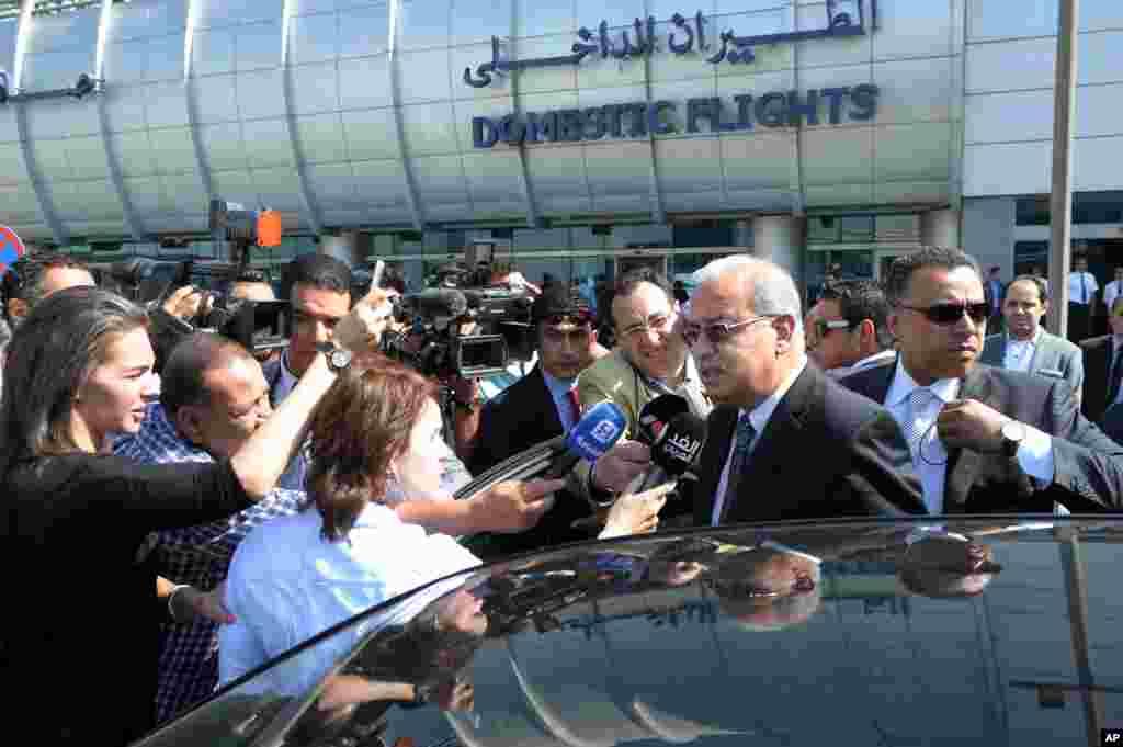 نخست وزیر مصر شریف اسماعیل با خبرنگاران در فرودگاه بین المللی قاهره سخن می گوید. او گفت که هنوز زود است که بگوییم سقوط هواپیما برای مشکل فنی بوده یا یک اقدام تروریستی بوده است.