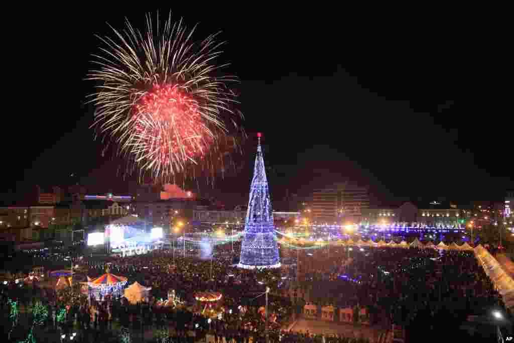 2013年1月1号,俄罗斯南部的车臣共和国的首都格罗兹尼上空燃放的烟花