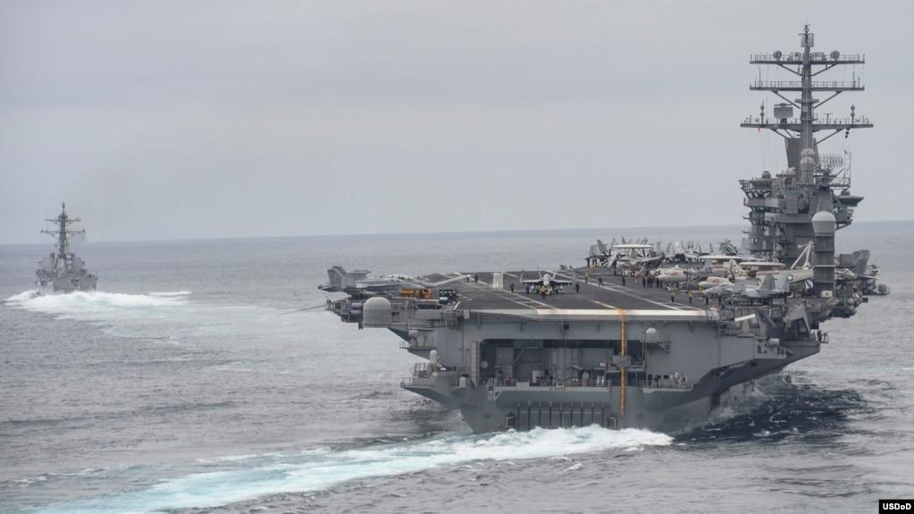 Tư liệu - Những chiếc tàu trong Nhóm Tấn công Hàng không mẫu hạm Nimitz trong một cuộc thao dượt ở Thái Bình Dương, ngày 3 tháng 4, 2017.