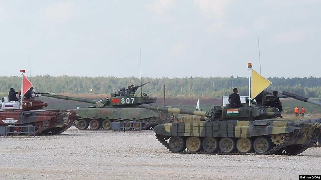 2014年在莫斯科郊外举行的军事比赛坦克项目的比赛中,俄罗斯、中国和印度军人分别乘坐坦克。(美国之音白桦摄)